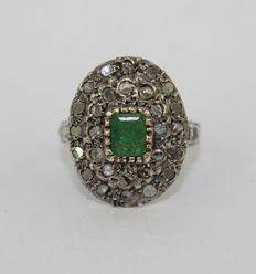 14 kt gold ring with central emerald and diamonds - size 16