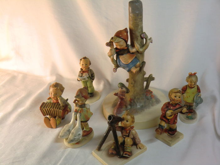 Goebel Hummel - Lot with Hummel In Sicherheit` Lamp base 44B and with 6 original Hummel figurines - 1950/1960