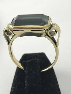 Gold ring with green stone 14 kt