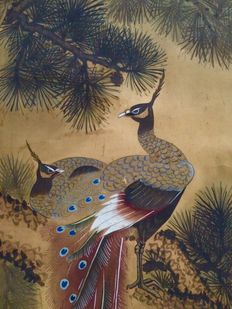 Old and very detailed scroll painting depicting Peacocks on Pine, signed and stamped - Japan - ca. 1860