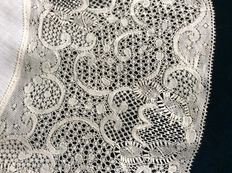 A unique bobbin lace round Binche lace - rare because of the exceptionally large format - Belgium - end 19 century