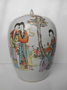 Large and beautifully decorated jar with cover - China – around 1910