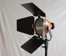 Cosmolight RC 80 with barndoor, and wiremesh including one new 800W bulb.