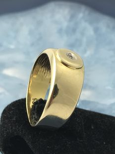 A gold ring with diamond, ring size: 49/50