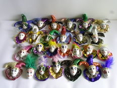 Beautiful batch of 26 masks with ornamentaliin costumes porcellana.second half of the twentieth century.