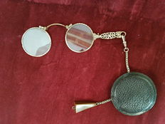 """Gilt eyeglass, brand """"Zocher D.R.P""""., in D10 metal, with leather case - mid 20th C"""