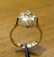 18 kt gold ring dating to the beginning of the 20th century with 7 antique cut diamonds, 2.10 mm each, colour: L, clarity: SI1, and a central diamond of 3.10 mm