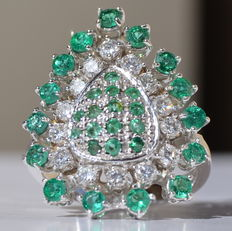 White gold ring set with emeralds of 2 ct and 14 diamonds totalling 1.50 ct - ring size 54