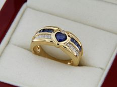 Ring in 18 kt yellow gold, with heart-shaped sapphire, calibrated sapphires, and diamonds – Ring size: 52