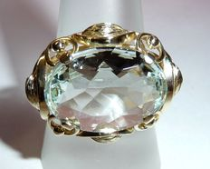 Ring in 14 kt/585 gold with large eye-clean 8 ct aquamarine oval faceted and set transverse on the finger.