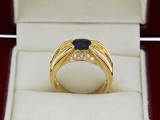 18 kt yellow gold ring - Sapphire of 0.90 ct - Diamonds of 0.35 ct - Ring size: 54.