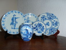 Porceleyne Fles - Lot of 4 wall plates and a small vase, 1961-1976.