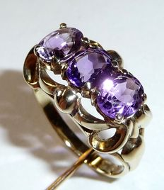 Ring in 14 kt / 585 gold with three natural amethysts. Design transverse to the finger.