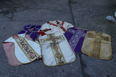 Lot of 6 antique chasubles and a flag - Belgium - 20th century