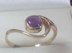 Yellow, 14 kt gold, women's ring with amethyst. Size: 18+ (58).