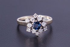 14 kt white gold ring with sapphire, flanked by 12 diamonds of approx. 0.60 ct - ring size 59 ***No reserve***