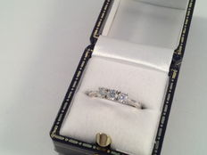 Ring 18 karaat wit goud met 3 briljant geslepen diamanten 0.52 ct