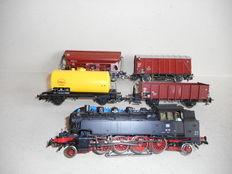 Märklin H0 - Steam locomotive BR 86 with telex couplings with 4 freight carriages of the DB
