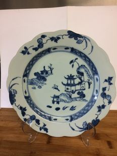 A Nanking cargo blue and white porcelain large 22.5cm plate - China  - ca. 1750