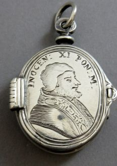 An important silver reliquary pendant hair locket - Pope Innocent XI - reverse with Odelsachi coat of arms 1670 - 17th Century