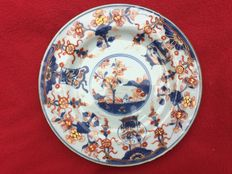 Imari plate decorated with a rabbit - China - first half 18th century