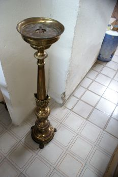 Nice floor lamp, weighs about 8 kg, 107 cm tall, in brass and is in good condition with three lion's paw feet