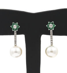 Gold earrings with 0.5 ct of diamonds, 0.5 ct of emeralds and South Sea Australian pearls of 10.5 mm