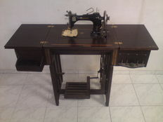 Rhoenix sewing machine, class 8, serial number 1352580, lots of accessories and 2 keys