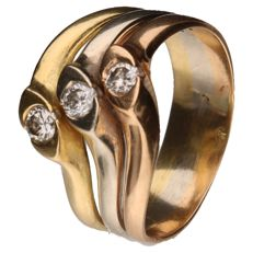 Tricolour gold ring set with 3 brilliant cut diamonds of 0.08 ct each: 0,24 ct in total