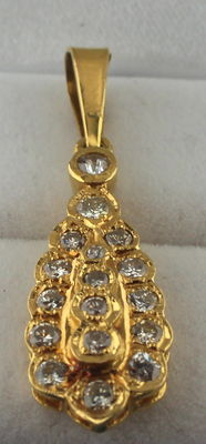 Yellow gold pendant set with diamonds, total of 0.50 ct - 10 x 37 mm