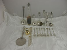 Lot with 18 silver plated table objects with exceptional design, origin europe divers
