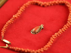 Necklace with 14 kt clasp and 14 kt pendant with red coral