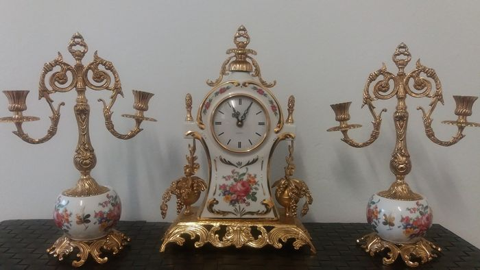 Beautiful table clock with garnish in gilt bronze and polychrome ceramic France 19th Century