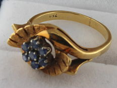 Yellow gold ring set with sapphire