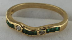 Yellow gold ring set with diamond and emerald