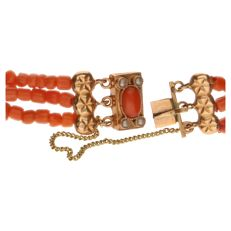Bracelet with three strands of precious corals with yellow gold clasp set with 1 precious coral and 4 cultured pearls.