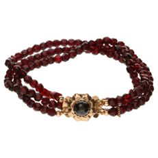 Glass garnet bracelet set with yellow gold clasp