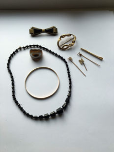Lot of various jewellery of which 9 kt gold