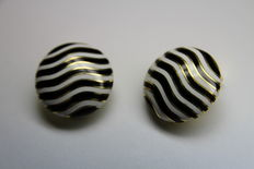 David Webb - 18 kt yellow gold earring, glazed enamel, black & white. Diameter: approx. 23 mm