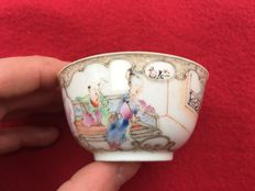 Famille rose tea bowl decorated with figures. Eggshell porcelain - China - ca. 1730 ( Yongzheng period )