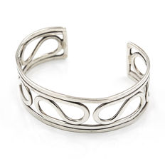 Rigid open bracelet made of silver with modern design