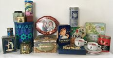 19 piece lot with 17 tins, among others Verkade, Van Nelle, Corneille, De Lindenboom and two Verkade cups and saucers - The Netherlands, 20th century