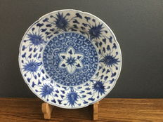 porcelain blue and white lotus dish - China - ca 1700 ( Kangxi period )