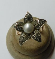 Gold ring with diamonds and pearl.