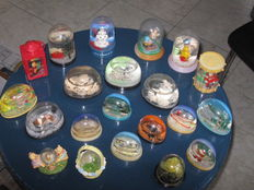 Collection of 93 old snow or shake globes