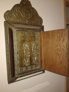 Antique mirror brush cabinet, hand-made of brass - The Netherlands - ca. 1930