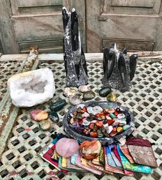 Fossil Marble bowl, and sculptures with approx 100 polished stones, mineral Hearts, Quartz geode, Oceanjasper Tumblestones - plus 20 small Sari bags - 8,74 kg