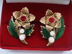 Vintage 1970s - Signed Avon - Gold plated Enameled Floral Earrings with Simulated Pearls - Pristine