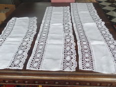 2 table runners with bobbin lace border - Belgium - 19th/20th century