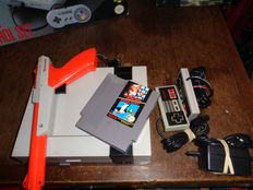 Nes 8 bit with 2 controlers , zapper and duckhunt